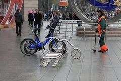 Fahrrad, das nahe handelnmitte parkt Stockbilder