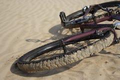 Fahrrad, das oben auf einen Sandabschluß legt Lizenzfreie Stockfotografie