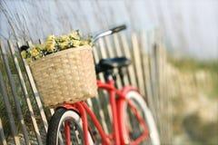 Fahrrad, das am Zaun sich lehnt stockfoto