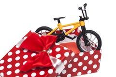 Fahrrad in der Geschenkbox Lizenzfreie Stockfotos