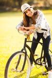 Fahrrad der jungen Frau lizenzfreies stockbild
