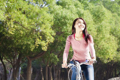 Fahrrad der jungen Frau Reitim Park Lizenzfreie Stockbilder