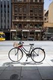 Fahrrad an der Seite der Straße stockbilder