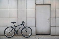 Fahrrad an der Tür Stockfoto