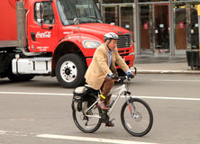 Fahrrad des alten Mannes Reitzum zu arbeiten stockbilder