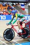 Fahrrad des Konkurrenten wird durch Laster angehalten Stockfoto