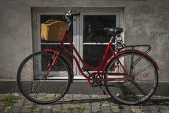 Fahrrad durch Fenster Lizenzfreies Stockfoto