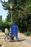 Fahrrad in einem Kirchhof stockfoto