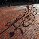 Fahrrad in einem Quadrat stockfotografie