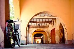 Fahrrad in einem typischen italienischen Portal Stockbild