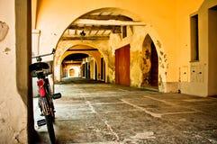 Fahrrad in einem typischen italienischen Portal Stockfotos