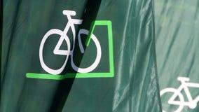 Fahrrad fahnenschwenkend langsam stock video footage