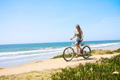 Fahrrad-Fahrt entlang dem Strand Lizenzfreies Stockbild
