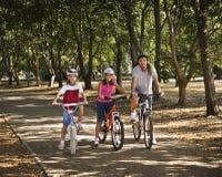 Fahrrad-Fahrt im Park Stockfotos