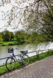 Fahrrad am Flussufer Stockbilder