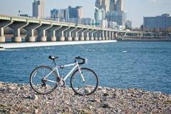 Fahrrad am Flussufer Stockbild