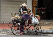 Fahrrad-Frucht-Straßenverkäufer stockfotos