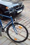 Fahrrad gegen Auto Lizenzfreie Stockbilder