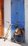 Fahrrad gegen blaue Tür Stockfotos
