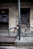 Fahrrad gegen Lampenpfosten in der Stadt stockfotografie