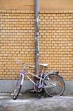 Fahrrad gegen Wand Lizenzfreie Stockbilder