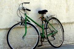 Fahrrad gegen Wand Stockbilder