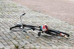 Fahrrad gelassen auf der Straße Stockfotos