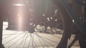 Fahrrad geparkt auf Bürgersteig, Umwelttourismus und gesundem Lebensstil, Mietservice stock video