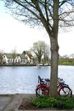 Fahrrad geparkt am Kanal im purmerend Stockfotografie