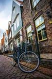 Fahrrad geparkt nahe bei Haus Stockfotos