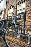 Fahrrad geparkt nahe bei Haus Stockfotografie
