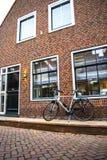 Fahrrad geparkt nahe bei Haus Lizenzfreies Stockbild