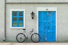 Fahrrad geparkt vor Retro- Weinlese-europäischem Wohnungsbau, schmales Straßenbild Wiedergabe 3d stock abbildung