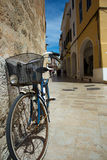 Fahrrad, geworfen gegen die Wand Stockfotografie