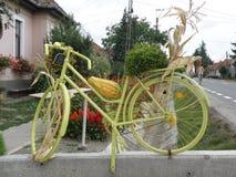 Fahrrad herausgestellt als Dekoration, nahe Bukarest, Rumänien lizenzfreie stockbilder