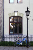 Fahrrad im alten Viertel von Tallinn Stockfotografie