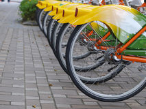 Fahrrad im Bürgersteig stockfotografie