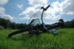 Fahrrad im Gras Stockfotografie