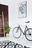 Fahrrad im Raum stockbilder