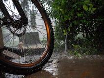 Fahrrad im Regen lizenzfreie stockfotos