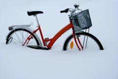 Fahrrad im Schnee Stockbilder