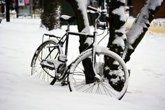 Fahrrad im Schnee Stockfotos
