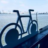 Fahrrad innerhalb des Flusses thailändisch Lizenzfreie Stockbilder