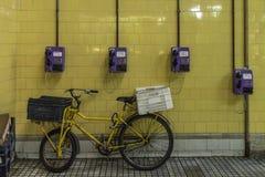 Fahrrad ist zur folgenden Lieferung bereit stockfotografie