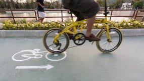 Fahrrad len und fahren Zeichen auf der Straße mit Unschärfefahrrad rad lizenzfreie stockbilder