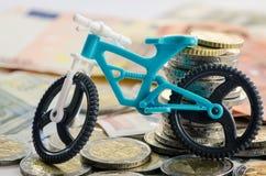 Fahrrad, Münzen und Banknoten Stockbild