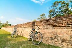 Fahrrad mit alter Backsteinmauer im Tempel lizenzfreie stockbilder
