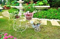 Fahrrad mit Blumen Stockfotos
