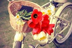 Fahrrad mit Blumen in einem Korb Stockfotos