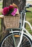 Fahrrad mit Blumen im Korb lizenzfreie stockbilder